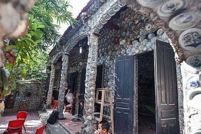 Mê đồ cổ nhưng nhà chật, ông lão Vĩnh Phúc gắn hơn 10.000 bát, đĩa cổ, tiền cổ… lên tường - Ảnh 15.