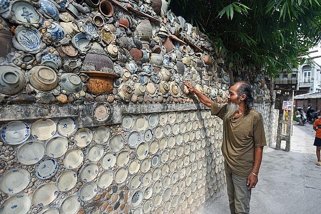 Mê đồ cổ nhưng nhà chật, ông lão Vĩnh Phúc gắn hơn 10.000 bát, đĩa cổ, tiền cổ… lên tường - Ảnh 16.