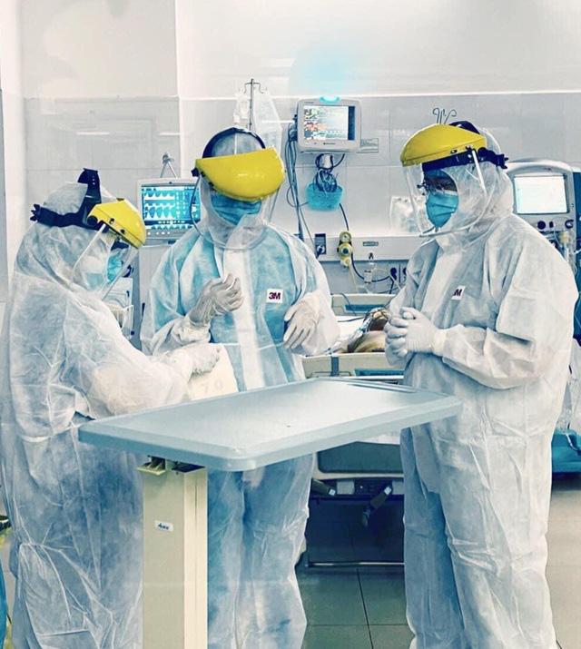 21 nhân viên y tế mắc Covid-19, áp lực chống dịch lớn - Ảnh 2.