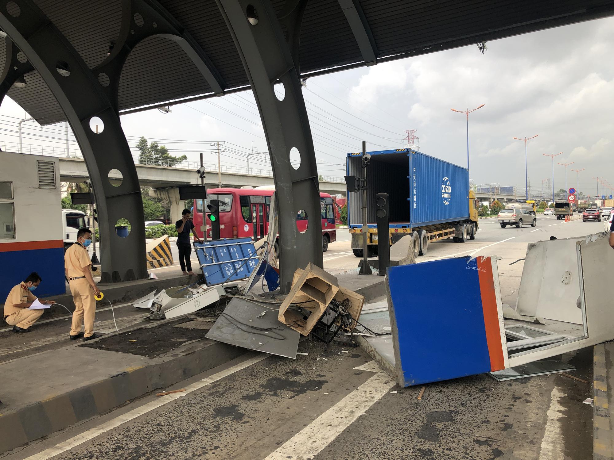 Không đóng cửa thùng hàng, xe container quật đổ cabin trạm thu phí - Ảnh 2.