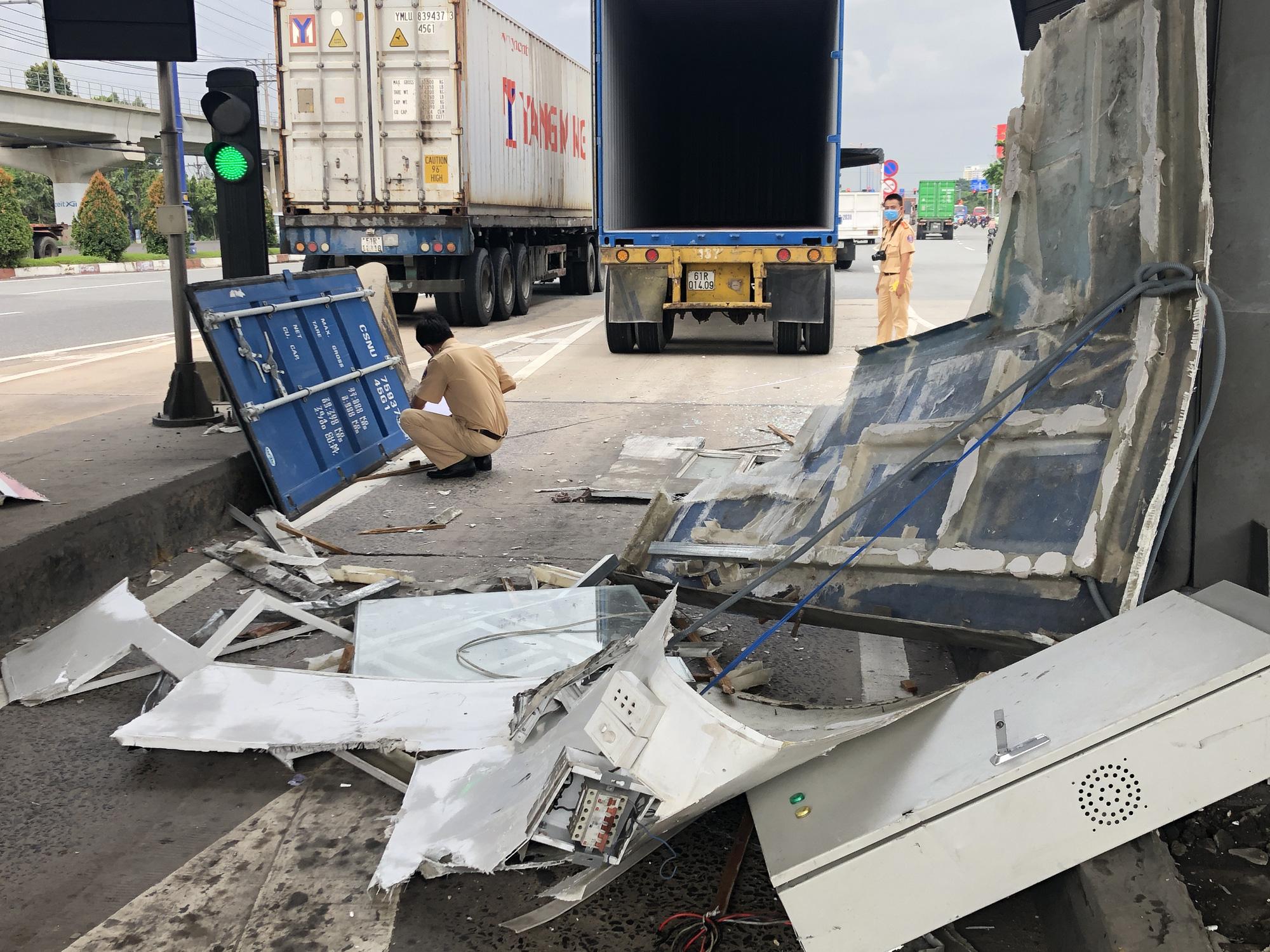 Không đóng cửa thùng hàng, xe container quật đổ cabin trạm thu phí - Ảnh 3.