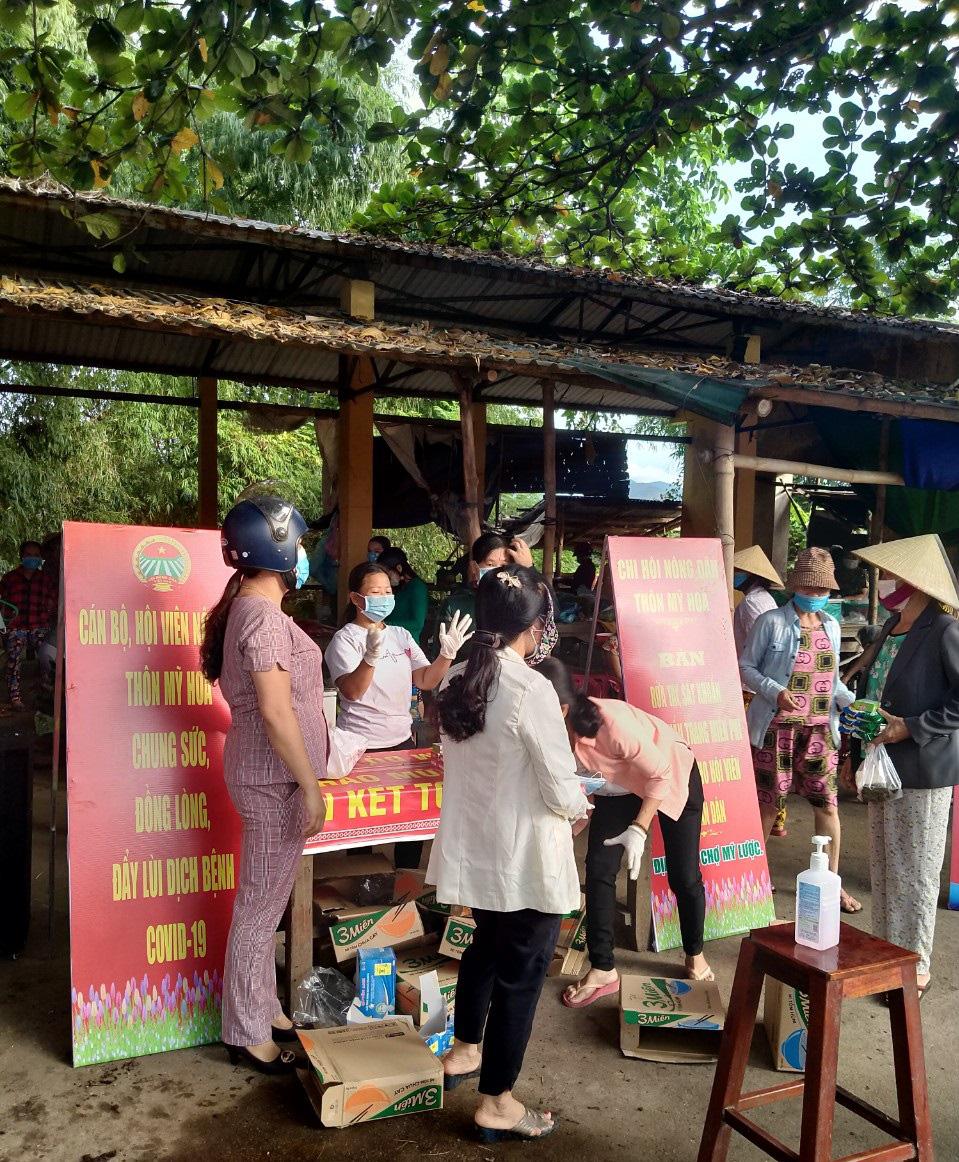 Quảng Nam: Hội Nông dân tỉnh vượt núi rừng đến với các điểm chốt chặn phòng chống Covid-19 vùng biên - Ảnh 4.