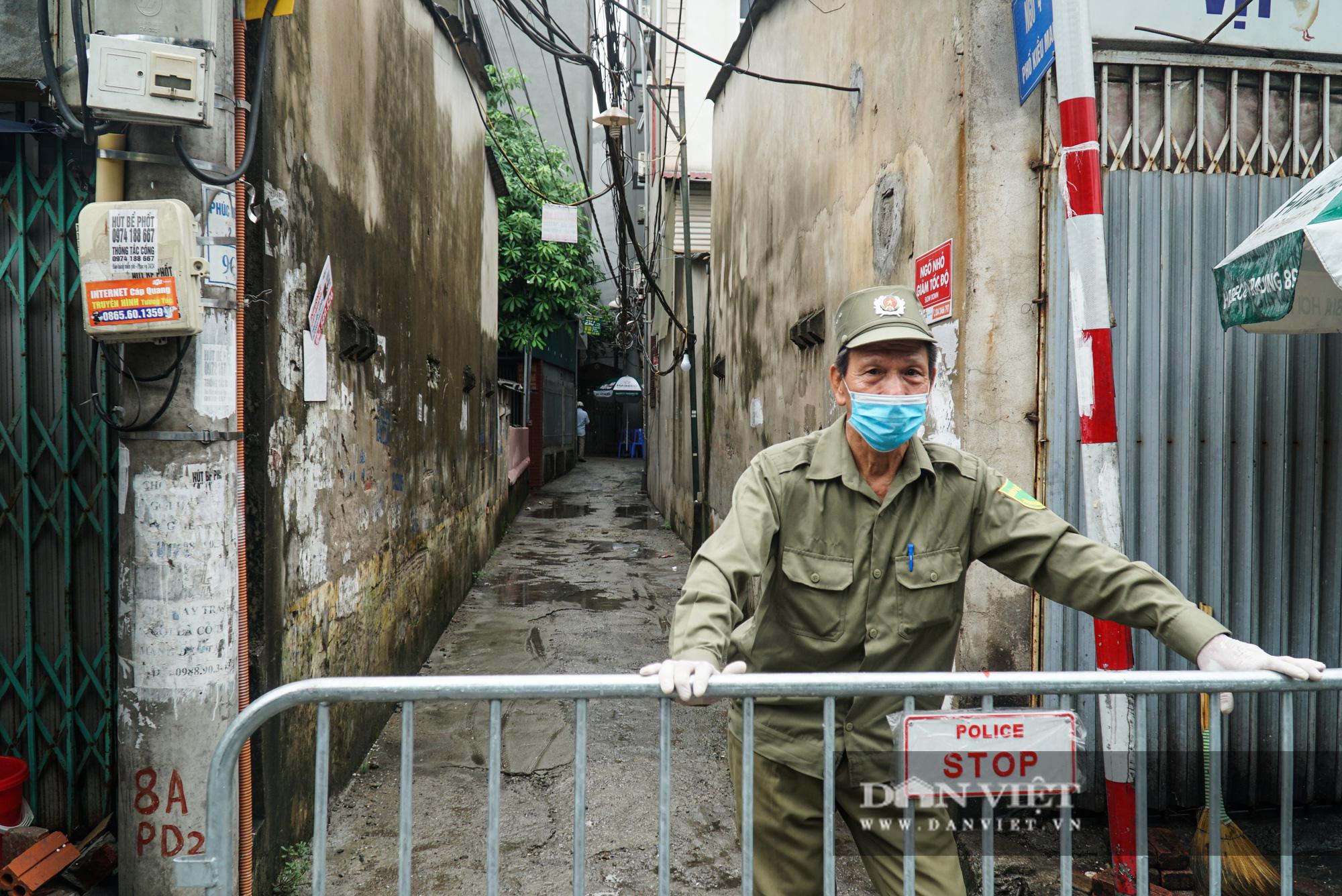 Mang gạo, mỳ tôm, thịt gà tiếp tế cho người dân trong khu phố Kiều Mai bị phong toả - Ảnh 1.