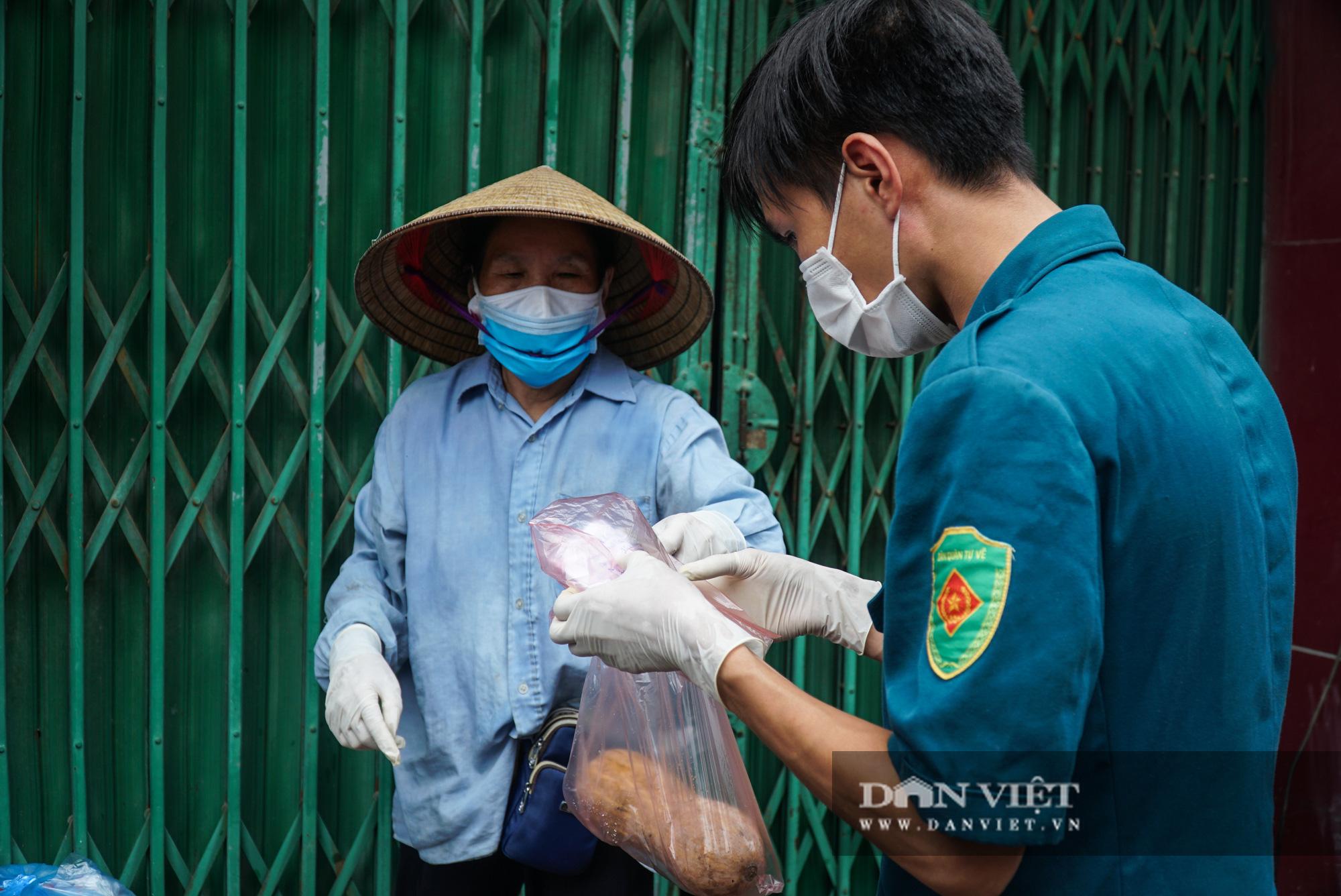 Mang gạo, mỳ tôm, thịt gà tiếp tế cho người dân trong khu phố Kiều Mai bị phong toả - Ảnh 5.