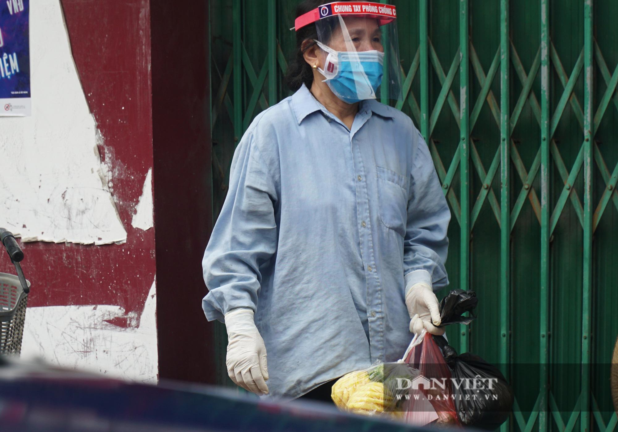 Mang gạo, mỳ tôm, thịt gà tiếp tế cho người dân trong khu phố Kiều Mai bị phong toả - Ảnh 6.