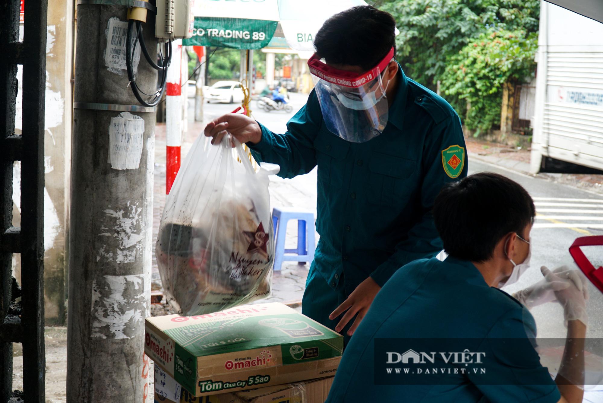 Mang gạo, mỳ tôm, thịt gà tiếp tế cho người dân trong khu phố Kiều Mai bị phong toả - Ảnh 10.