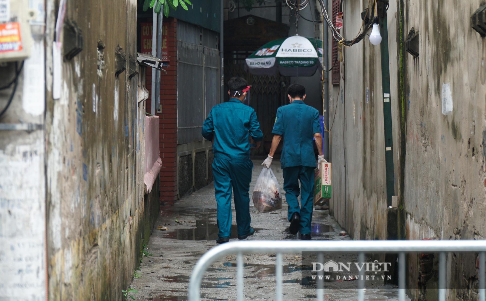 Mang gạo, mỳ tôm, thịt gà tiếp tế cho người dân trong khu phố Kiều Mai bị phong toả - Ảnh 7.