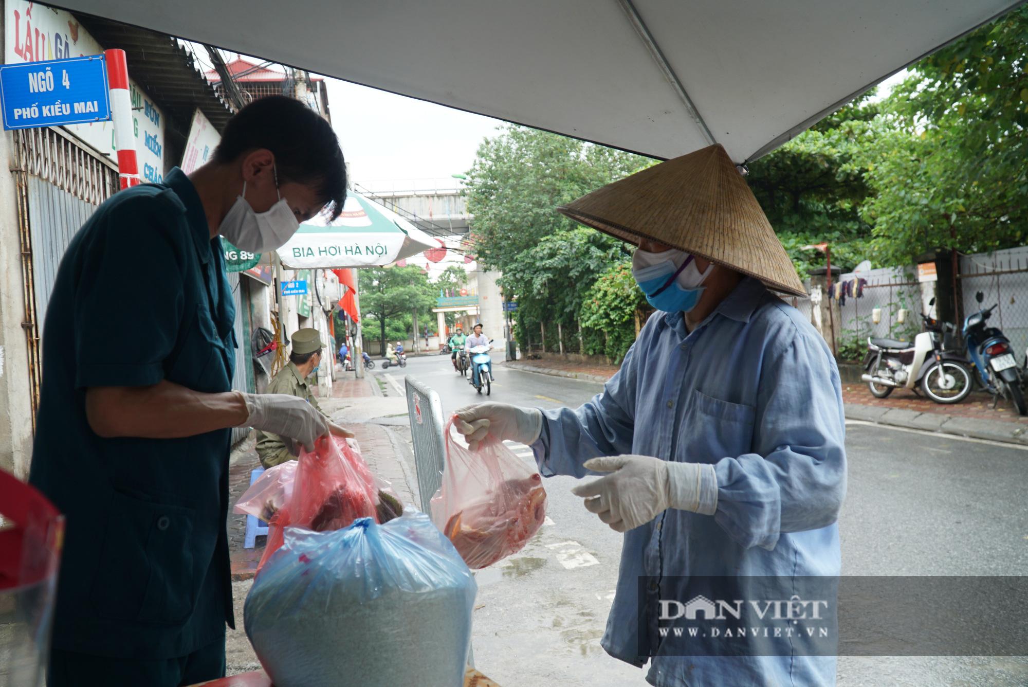 Mang gạo, mỳ tôm, thịt gà tiếp tế cho người dân trong khu phố Kiều Mai bị phong toả - Ảnh 4.