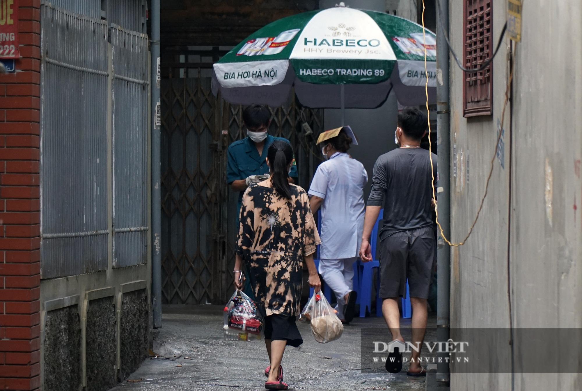Mang gạo, mỳ tôm, thịt gà tiếp tế cho người dân trong khu phố Kiều Mai bị phong toả - Ảnh 9.