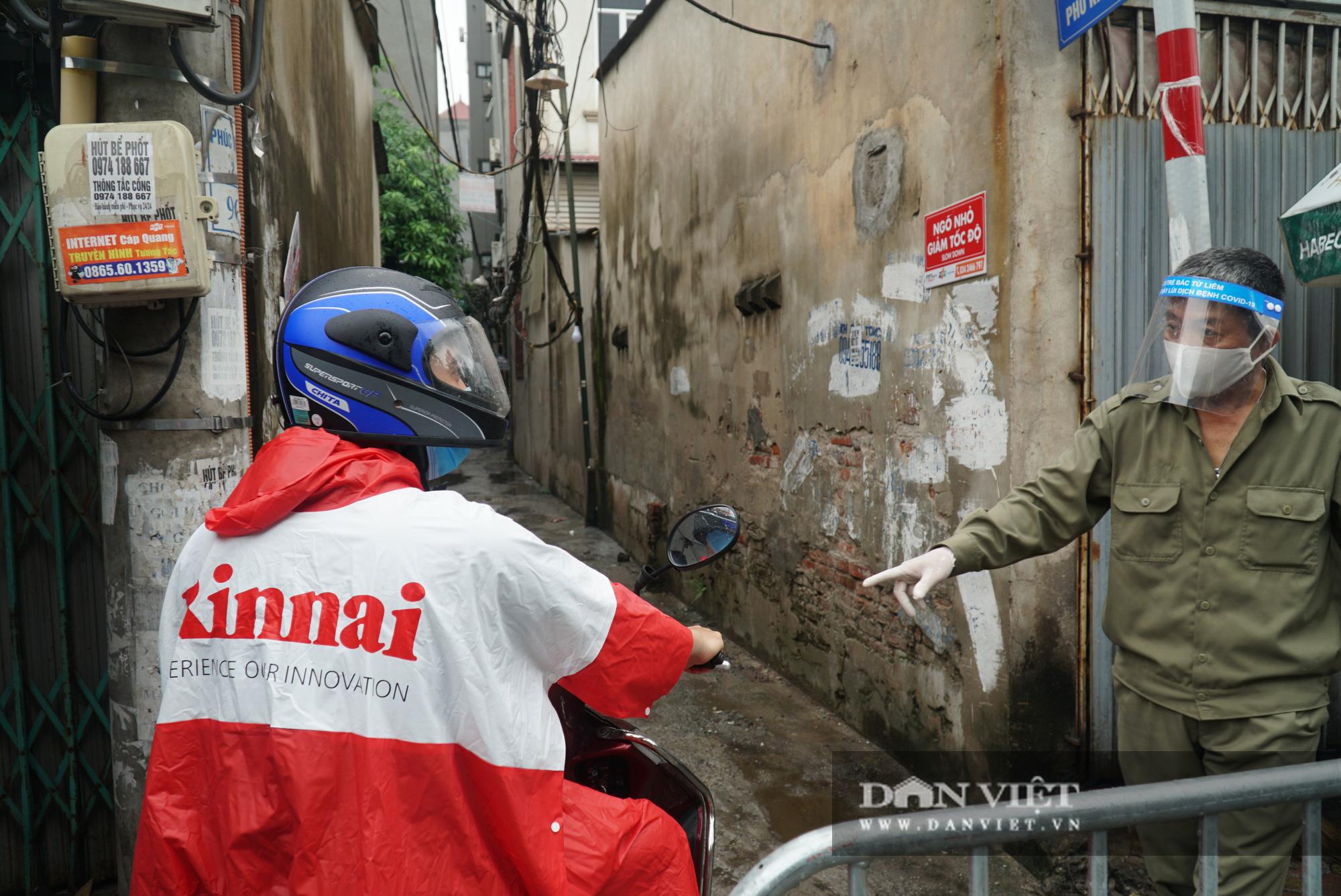 Mang gạo, mỳ tôm, thịt gà tiếp tế cho người dân trong khu phố Kiều Mai bị phong toả - Ảnh 2.