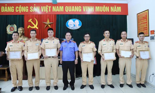 Chánh Văn phòng VKSND tối cao khen 1 đội CSGT ở Hà Nội - Ảnh 1.