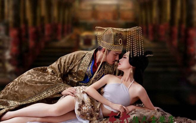Ca kỹ nhờ kỹ năng phòng the tuyệt đỉnh mà lên ngôi Hoàng hậu, làm đẹp bằng cách kinh dị. - Ảnh 2.
