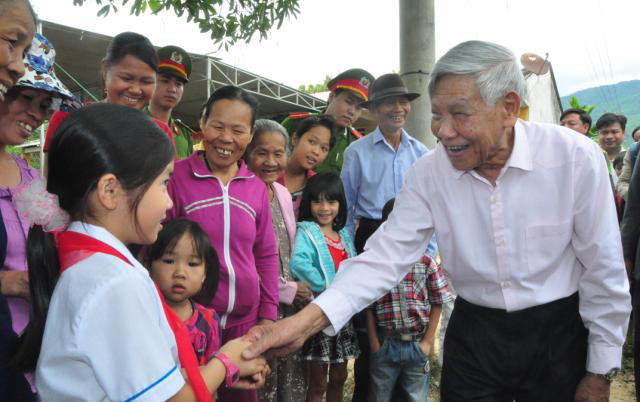 Nguyên Tổng Bí thư Lê Khả Phiêu được coi là ân nhân của hai ngôi làng ở miền Trung - Ảnh 1.