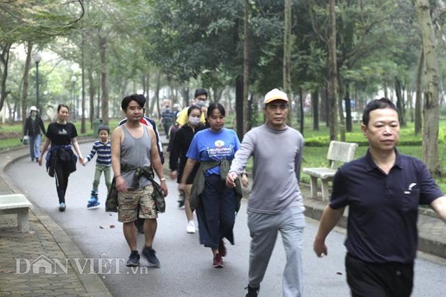 Covid-19: Hà Nội bắt đầu xử phạt người không đeo khẩu trang nơi công cộng, cao nhất 300 nghìn đồng - Ảnh 1.