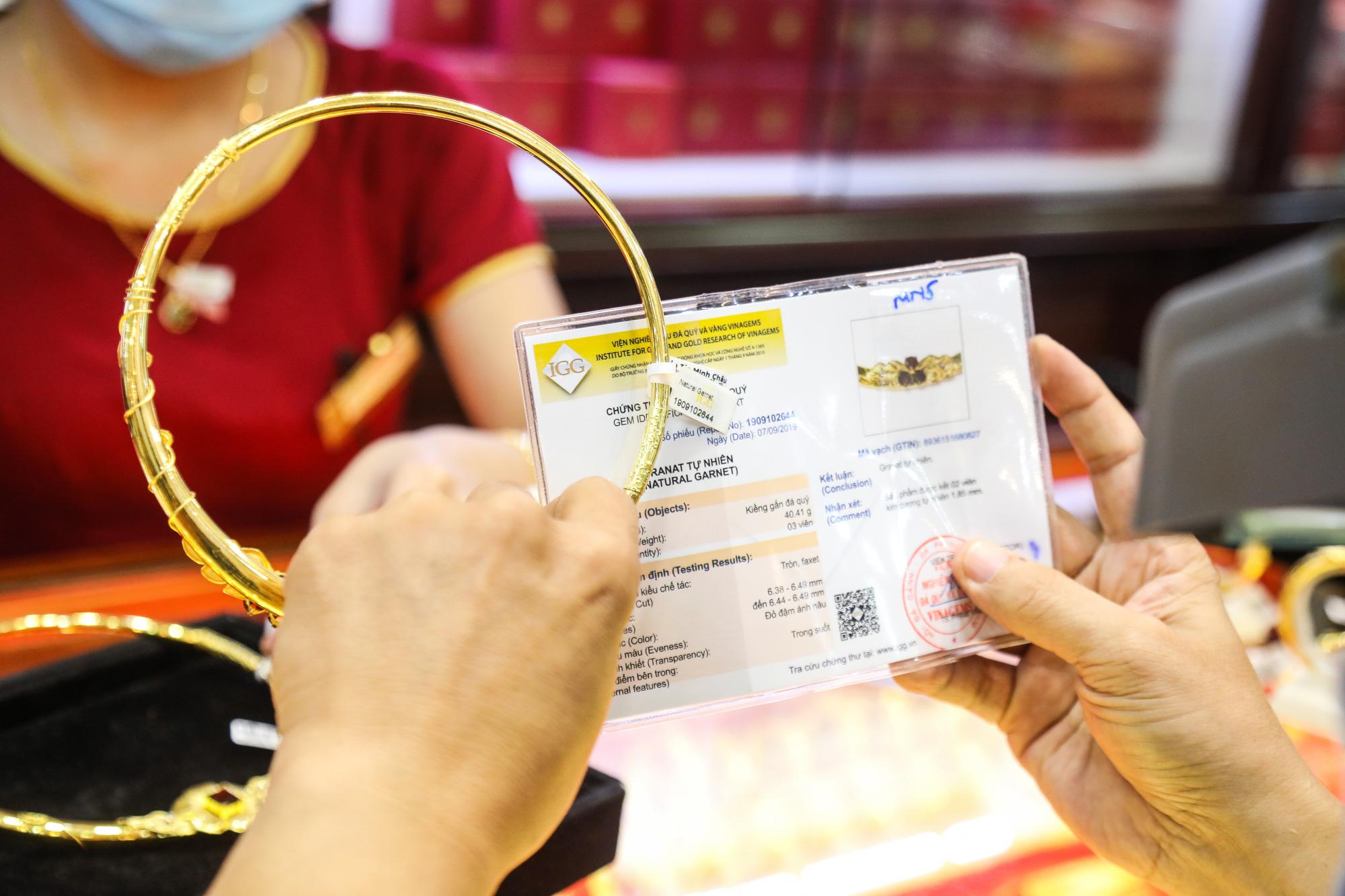 Giá vàng SJC tăng sốc qua mốc 62 triệu đồng/lượng - Ảnh 1.
