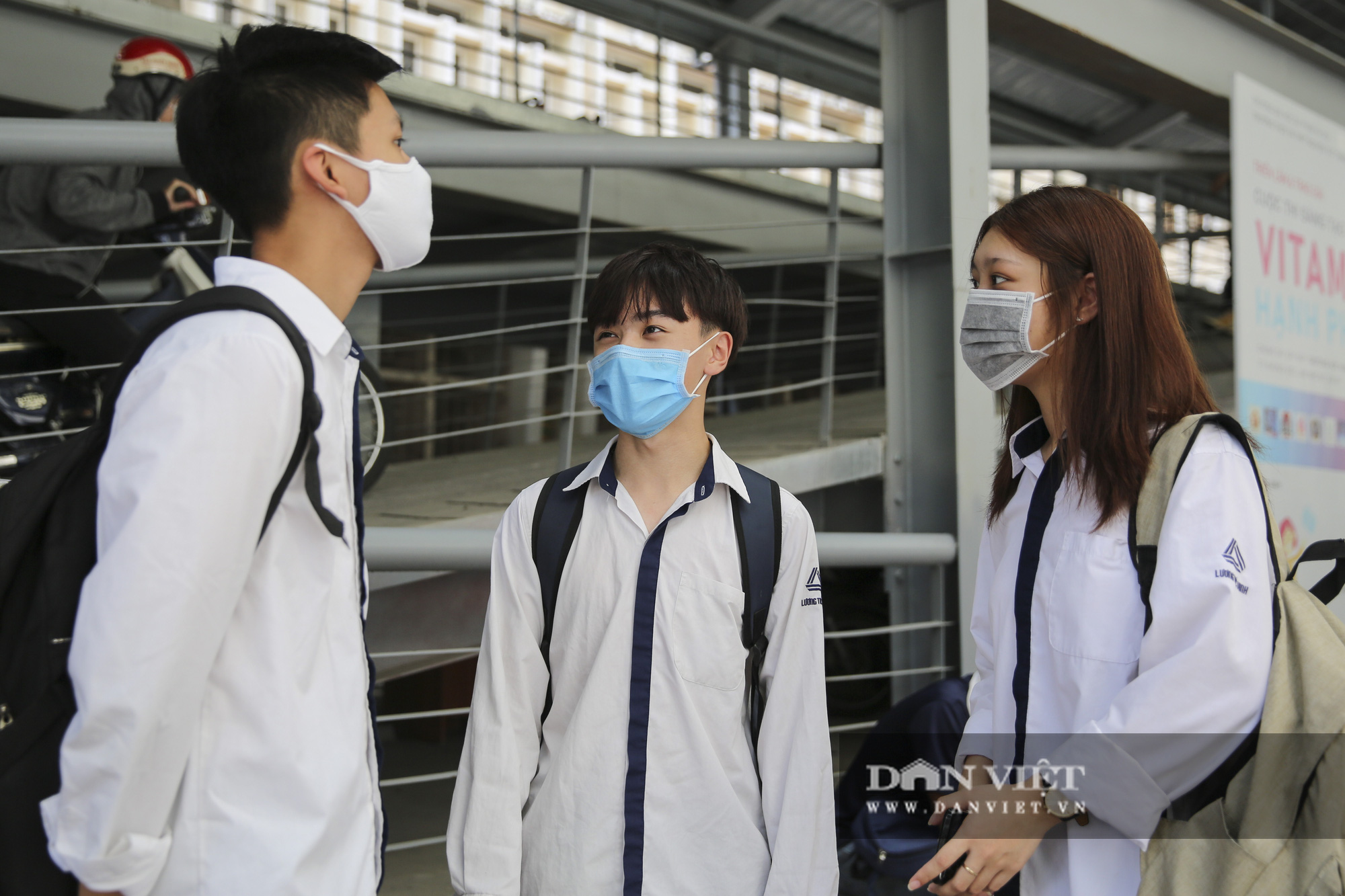 Thí sinh xếp hàng kiểm tra y tế trong ngày đầu làm thủ tục dự thi tốt nghiệp THPT - Ảnh 11.