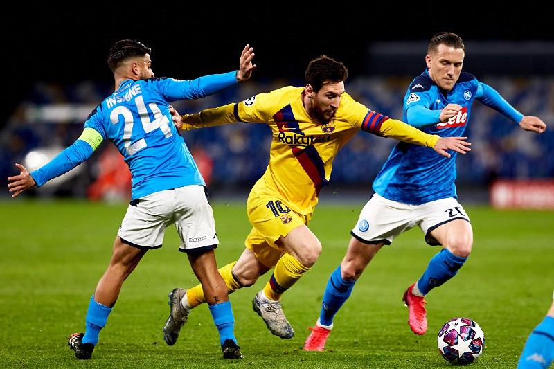 """Messi bị Napoli """"khóa chặt"""" ở trận lượt đi vòng 1/8  Champions League."""