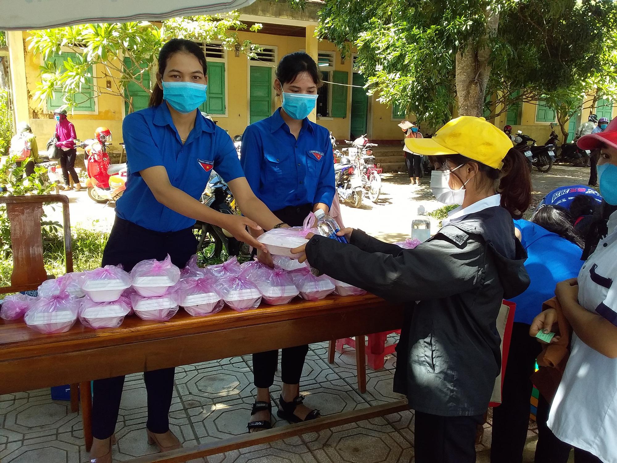Quảng Trị: Đoàn viên nấu cơm cho sĩ tử xa nhà vì quán cơm đồng loạt đóng cửa - Ảnh 5.