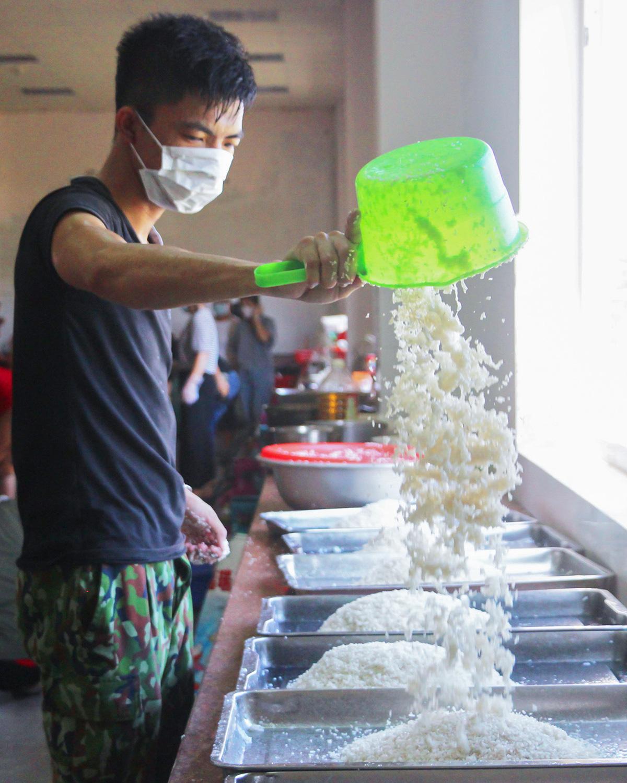 Bộ đội nấu cơm phục vụ người cách ly - Ảnh 1.