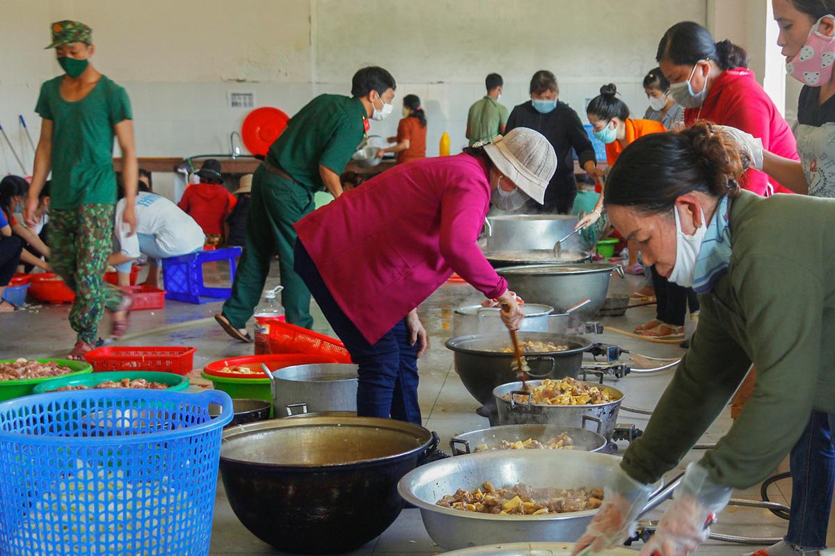 Bộ đội nấu cơm phục vụ người cách ly - Ảnh 2.