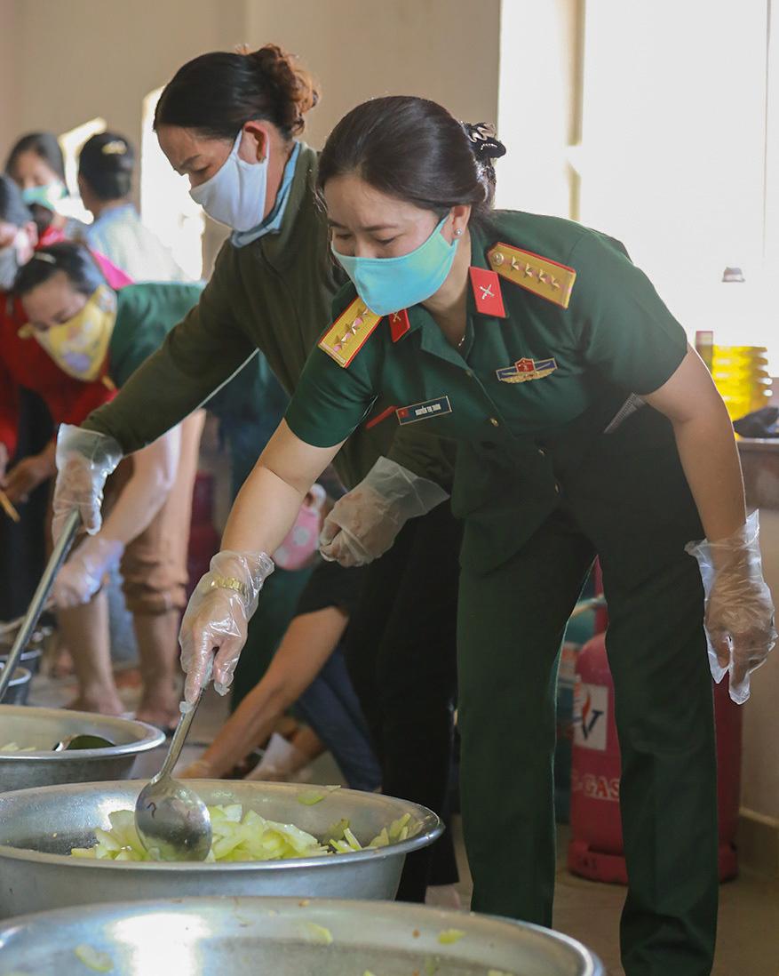 Bộ đội nấu cơm phục vụ người cách ly - Ảnh 4.