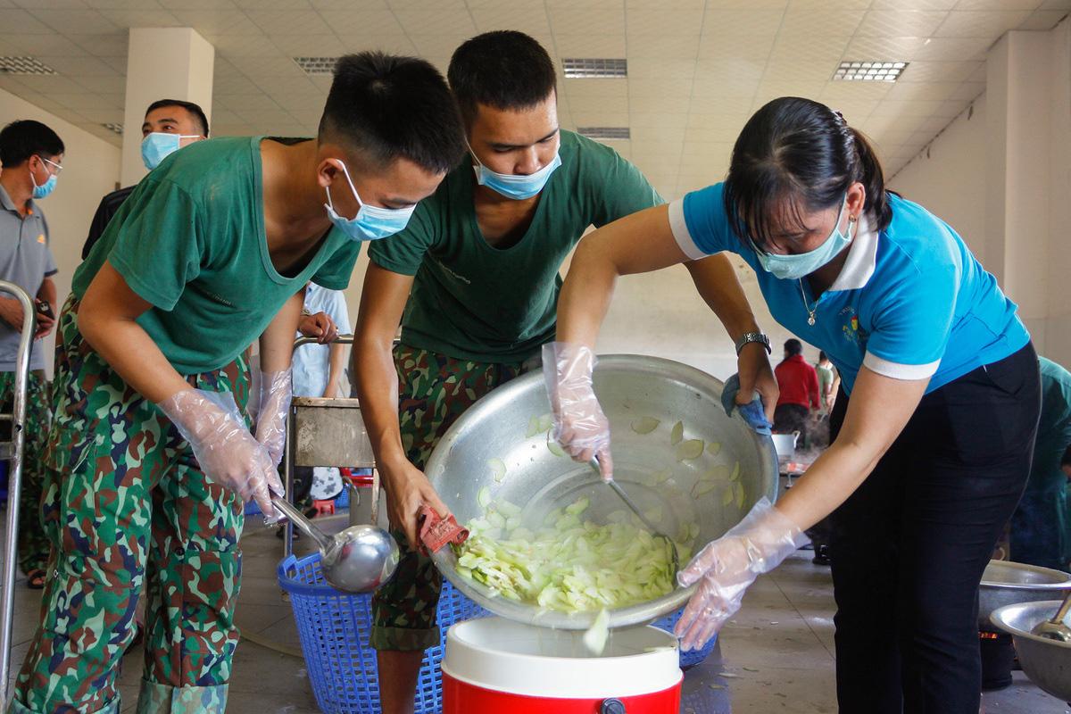 Bộ đội nấu cơm phục vụ người cách ly - Ảnh 5.