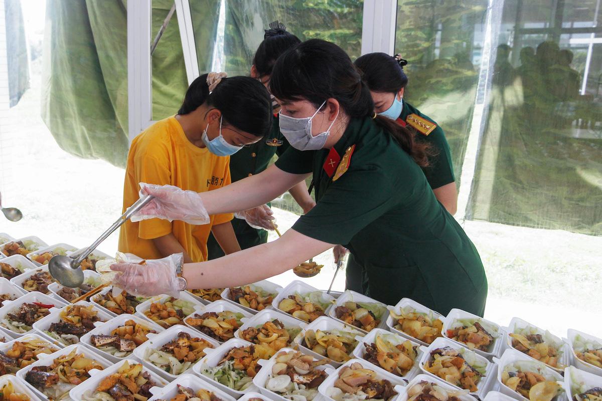 Bộ đội nấu cơm phục vụ người cách ly - Ảnh 6.