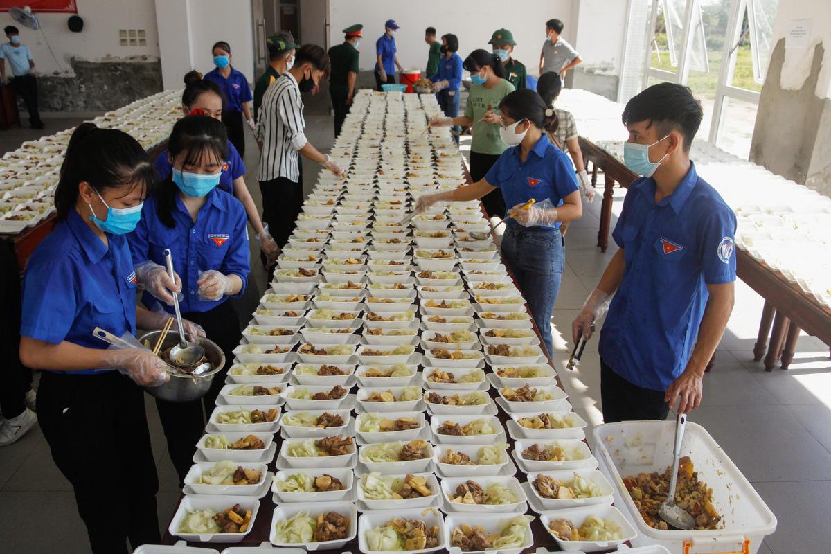 Bộ đội nấu cơm phục vụ người cách ly - Ảnh 7.