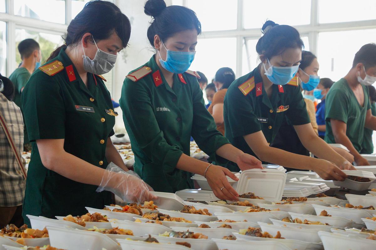 Bộ đội nấu cơm phục vụ người cách ly - Ảnh 8.