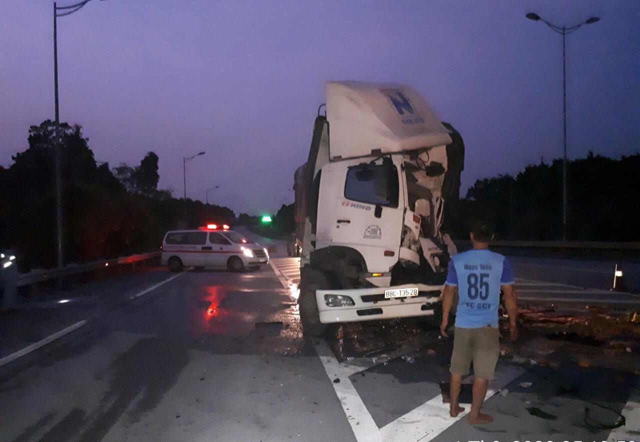 Yên Bái: Tai nạn trên cao tốc một tài xế tử vong - Ảnh 2.