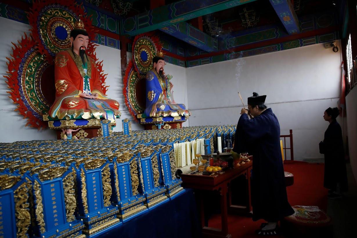 Linh mục Đạo giáo tôn vinh những người đã mất vì virus corona bằng những tấm bia tưởng niệm tại Trung Quốc - Ảnh 1.