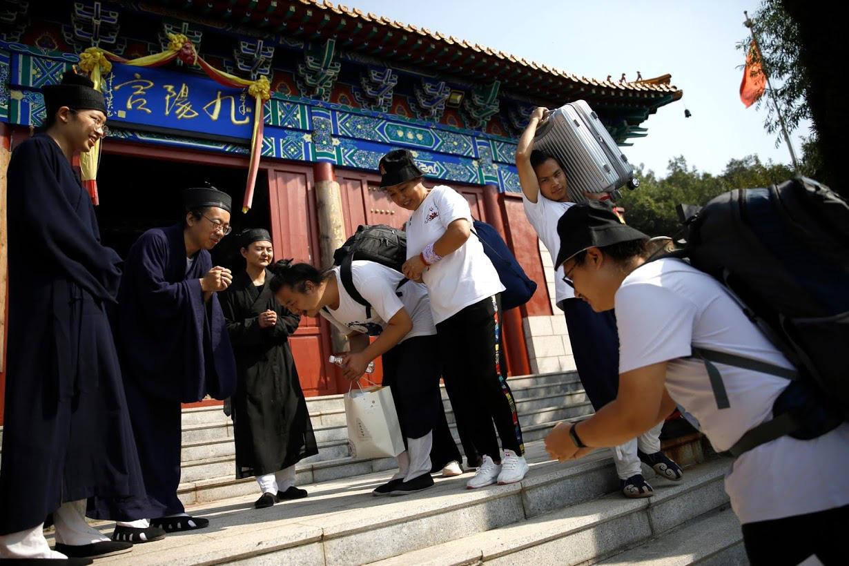 Linh mục Đạo giáo tôn vinh những người đã mất vì virus corona bằng những tấm bia tưởng niệm tại Trung Quốc - Ảnh 10.