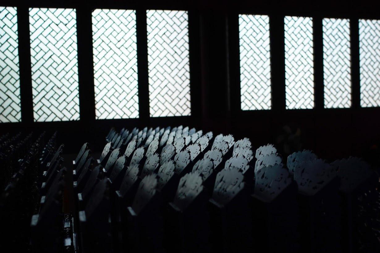 Linh mục Đạo giáo tôn vinh những người đã mất vì virus corona bằng những tấm bia tưởng niệm tại Trung Quốc - Ảnh 2.