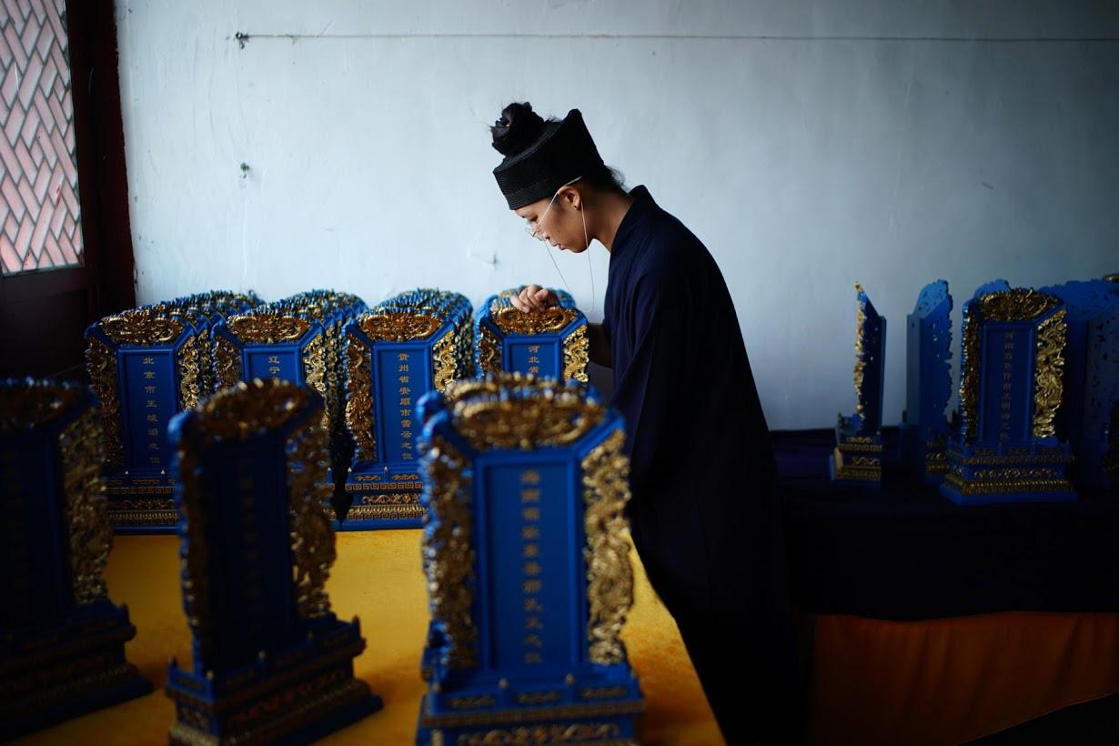 Linh mục Đạo giáo tôn vinh những người đã mất vì virus corona bằng những tấm bia tưởng niệm tại Trung Quốc - Ảnh 7.
