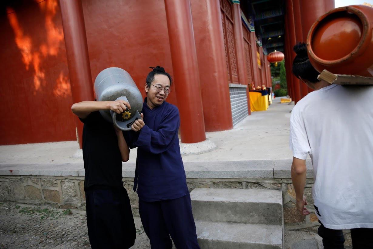 Linh mục Đạo giáo tôn vinh những người đã mất vì virus corona bằng những tấm bia tưởng niệm tại Trung Quốc - Ảnh 9.