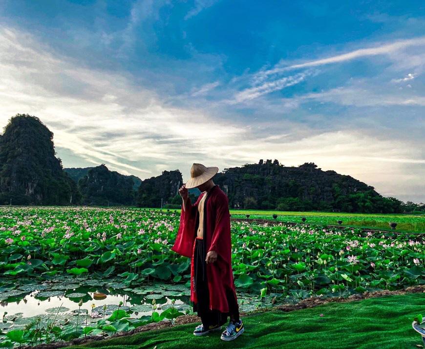 """Lạ Ninh Bình: Đang giữa mùa Thu, đầm sen """"kỳ lạ nhất Việt Nam"""" bỗng dưng nở rộ sắc màu - Ảnh 11."""