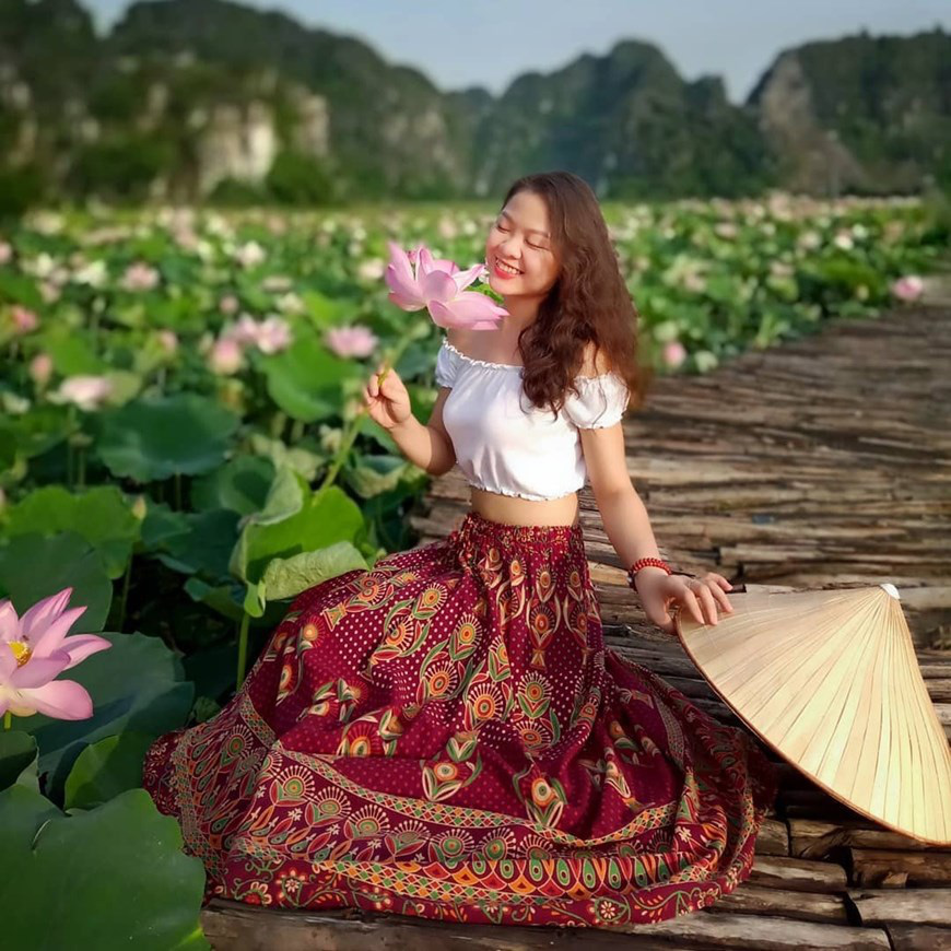 """Lạ Ninh Bình: Đang giữa mùa Thu, đầm sen """"kỳ lạ nhất Việt Nam"""" bỗng dưng nở rộ sắc màu - Ảnh 5."""