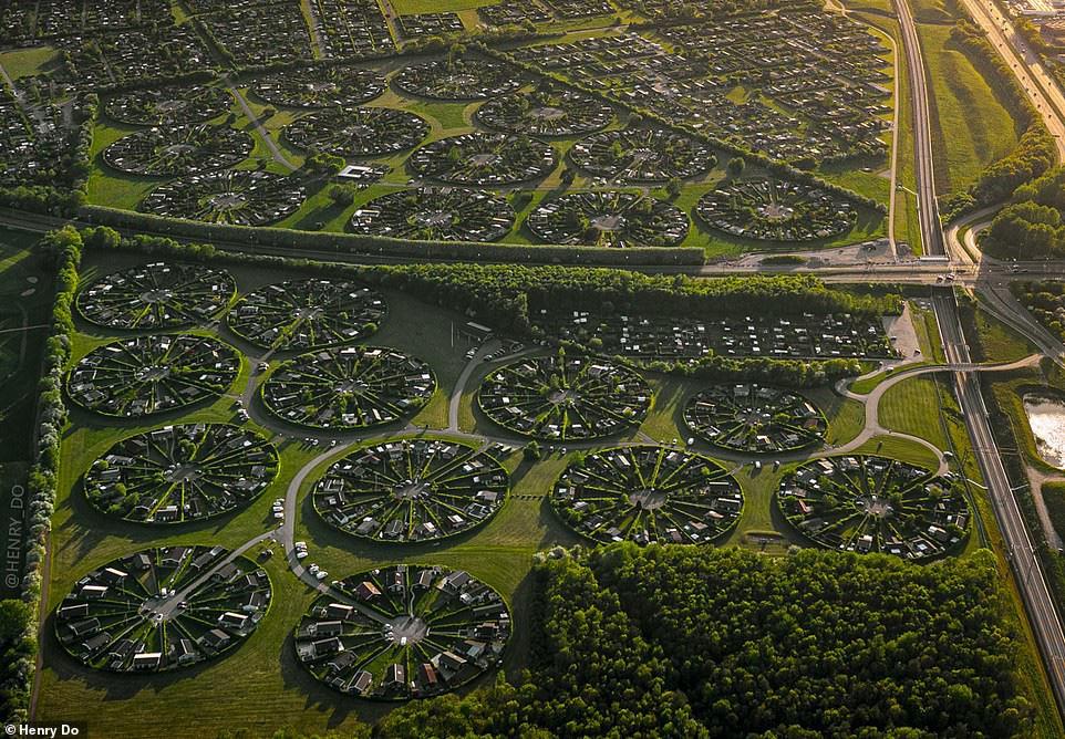 Bí ẩn ở ngôi làng có kiến trúc như của người ngoài hành tinh ở Đan Mạch - Ảnh 2.