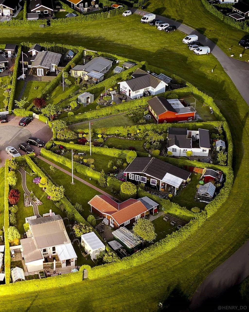Bí ẩn ở ngôi làng có kiến trúc như của người ngoài hành tinh ở Đan Mạch - Ảnh 3.