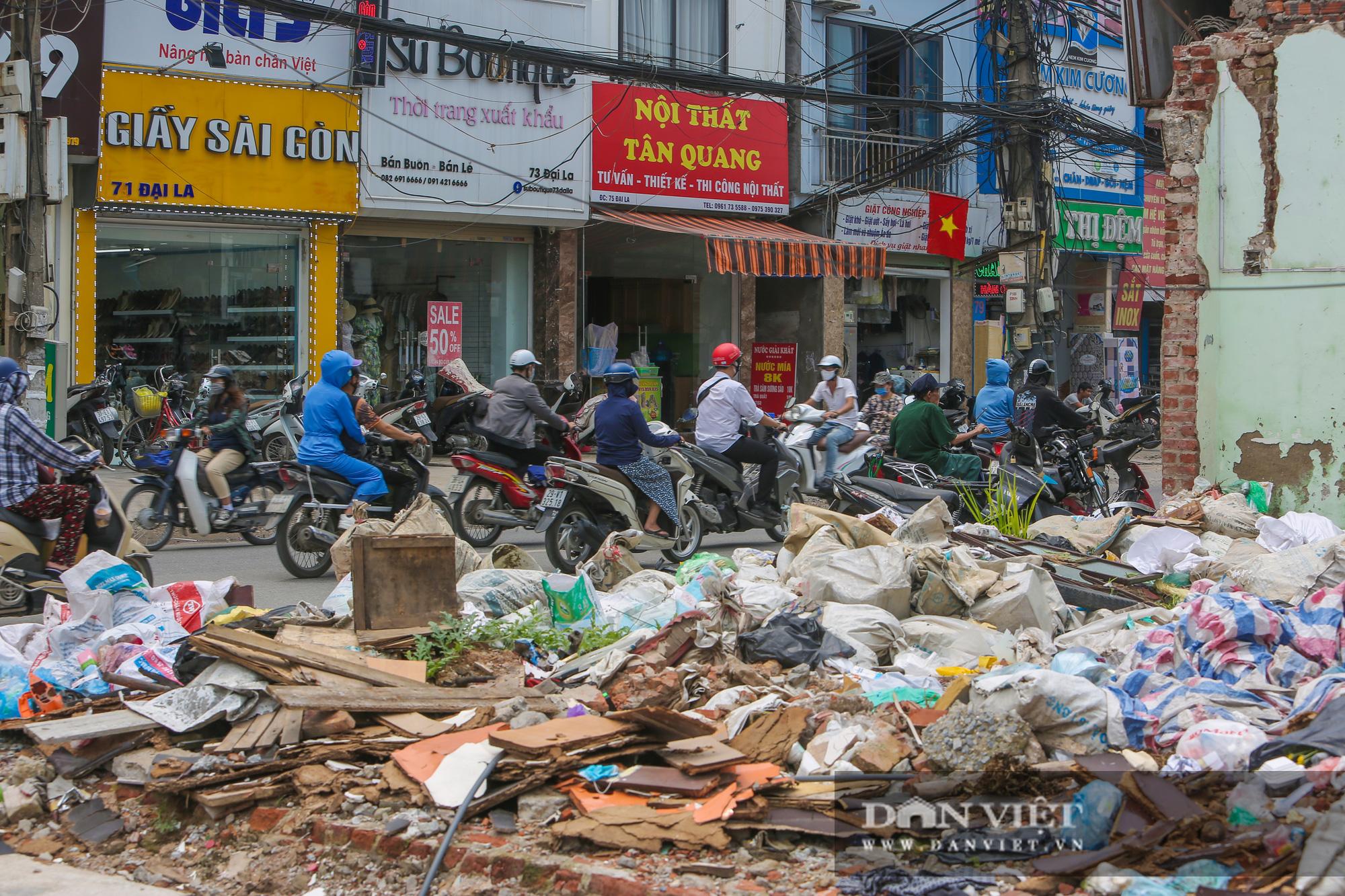 Rác thải ngập ngụa, bủa vây công trình xây dựng đường Vành đai 2 - Ảnh 3.