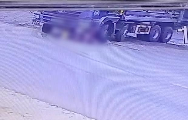 Dắt xe đạp chở cháu qua đường đúng điểm mù xe tải, người phụ nữ bị bánh xe cán trúng thương tâm - Ảnh 1.