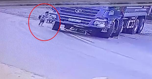 Dắt xe đạp chở cháu qua đường đúng điểm mù xe tải, người phụ nữ bị bánh xe cán trúng thương tâm - Ảnh 2.