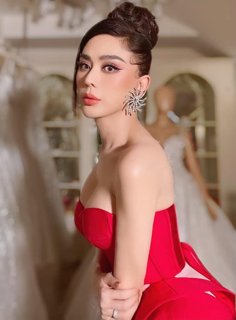 Bảo Thy táo bạo mặc bikini quyến rũ hút mắt, Lâm Khánh Chi mặc o ép khiến chiếc váy như sắp bung - Ảnh 2.