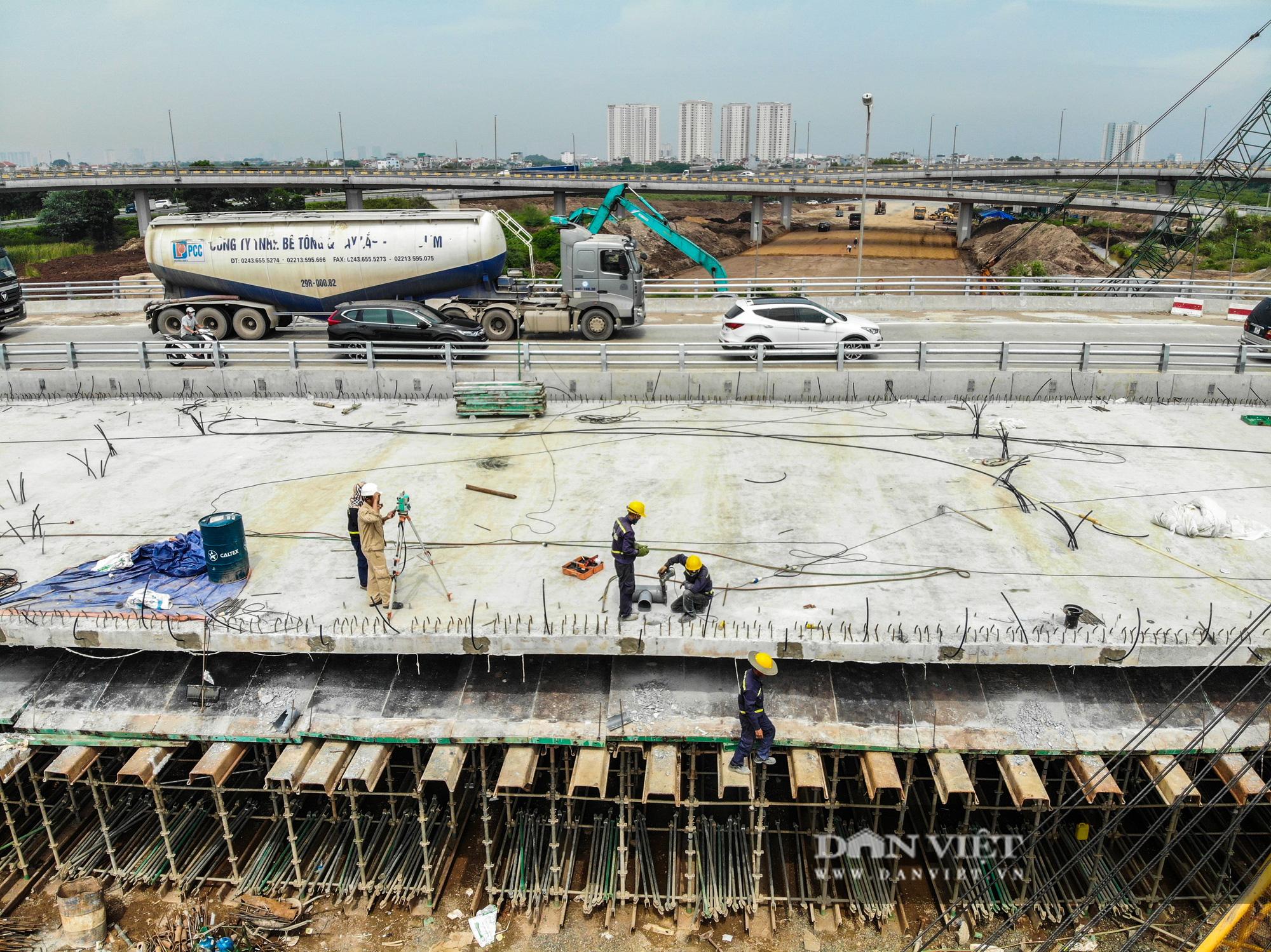 Công nhân tất bật xây dựng tuyến đường 400 tỷ kết nối Vành đai 3 với cao tốc Hà Nội - Hải Phòng - Ảnh 10.