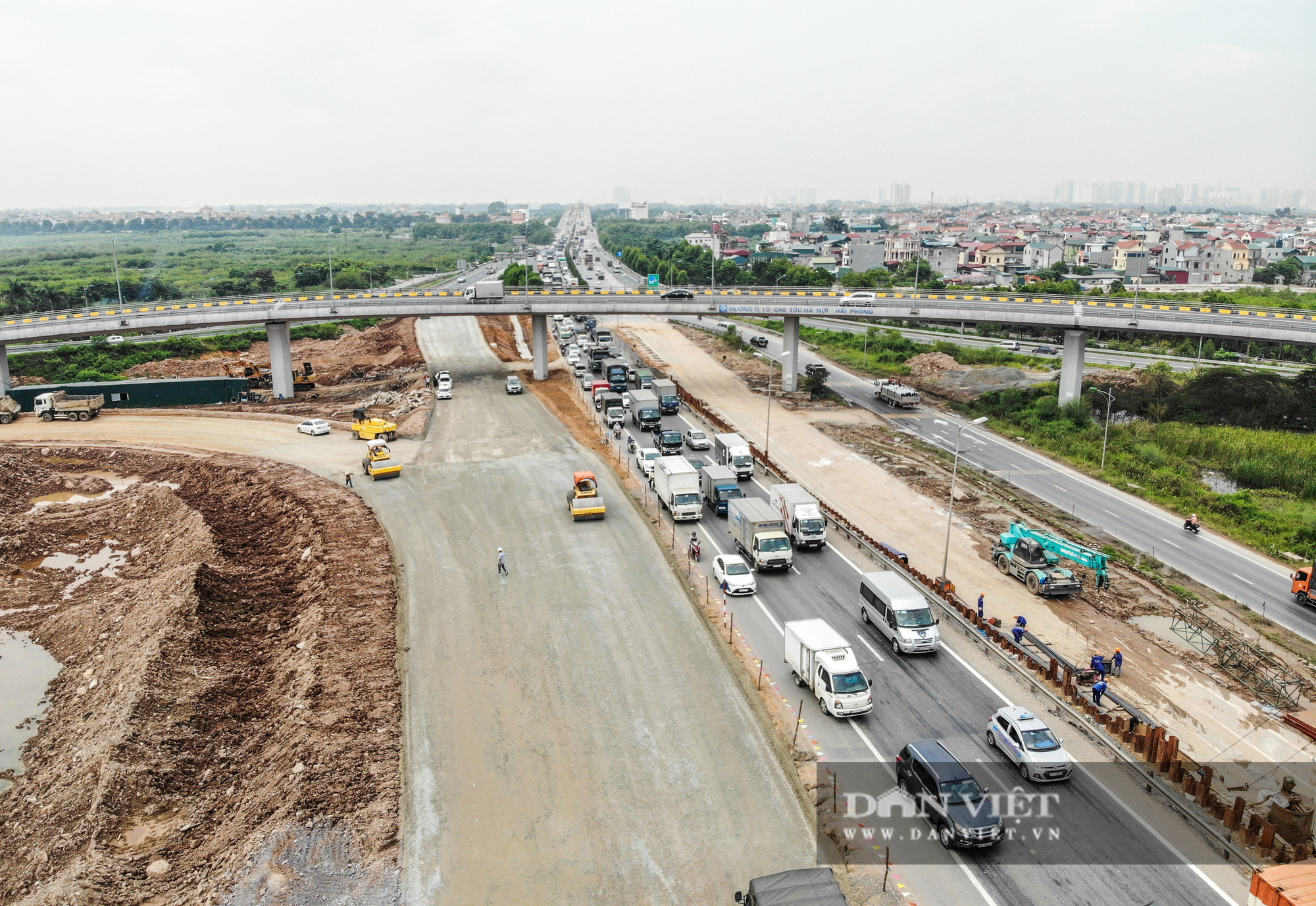 Công nhân tất bật xây dựng tuyến đường 400 tỷ kết nối Vành đai 3 với cao tốc Hà Nội - Hải Phòng - Ảnh 14.