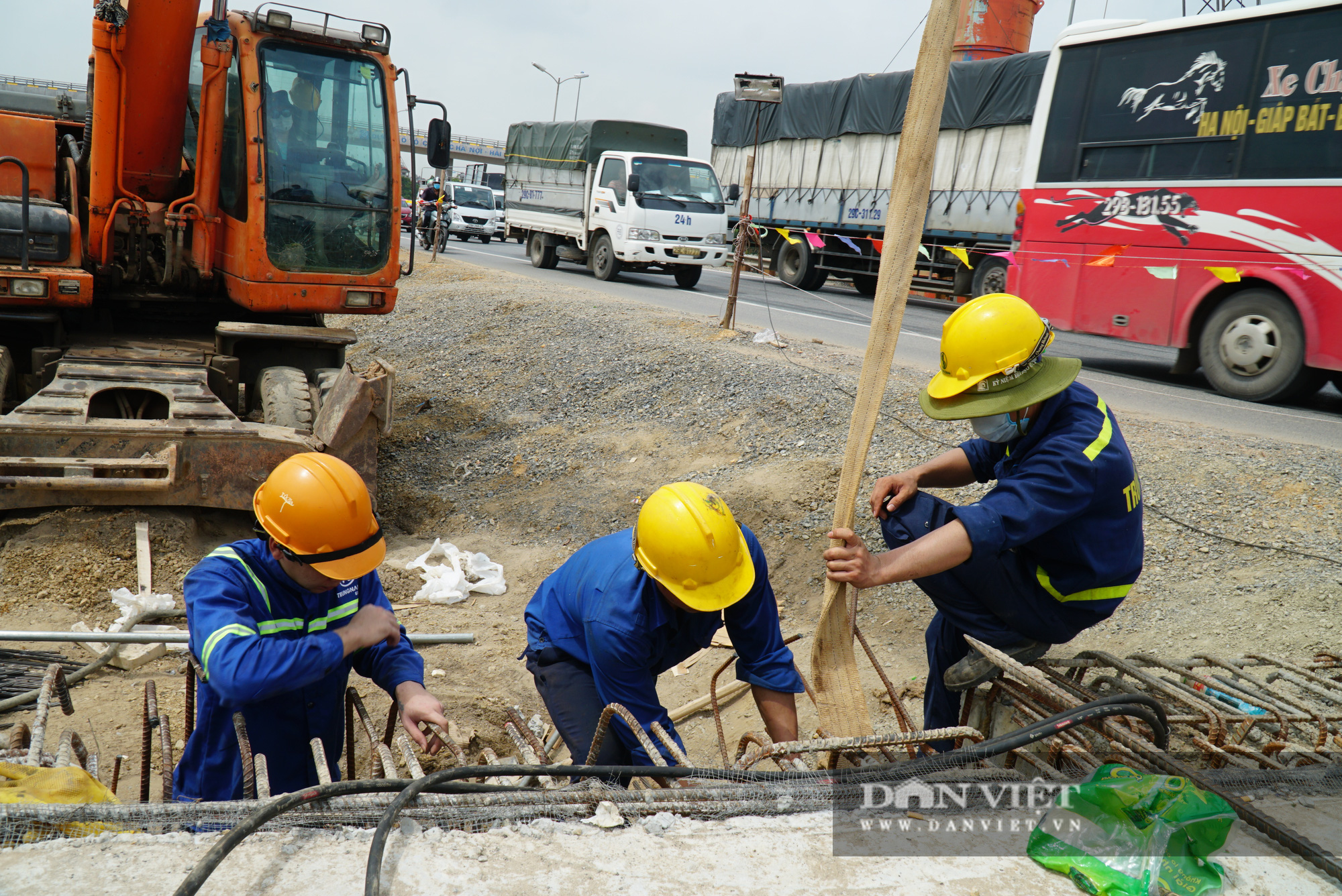 Công nhân tất bật xây dựng tuyến đường 400 tỷ kết nối Vành đai 3 với cao tốc Hà Nội - Hải Phòng - Ảnh 12.