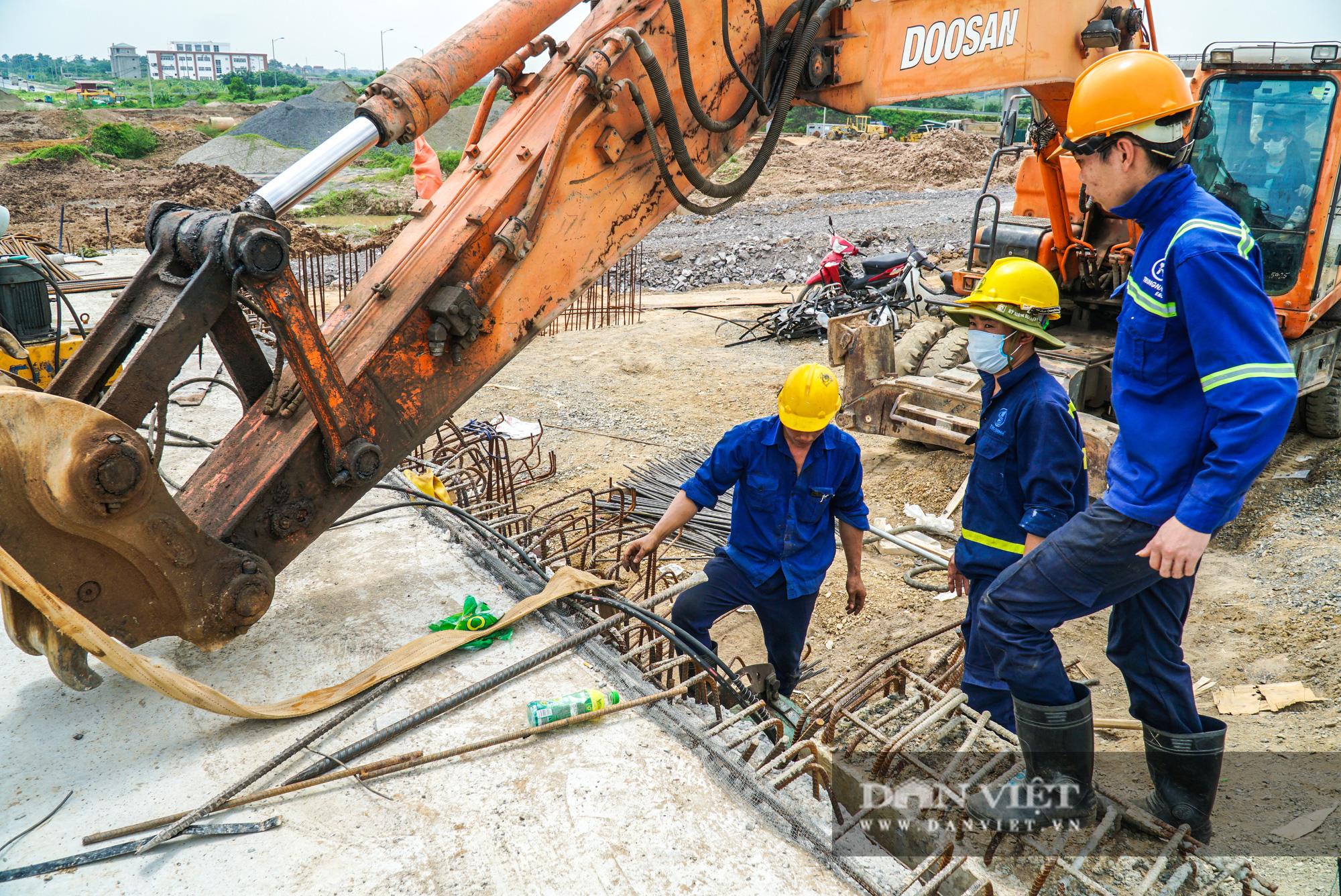 Công nhân tất bật xây dựng tuyến đường 400 tỷ kết nối Vành đai 3 với cao tốc Hà Nội - Hải Phòng - Ảnh 13.