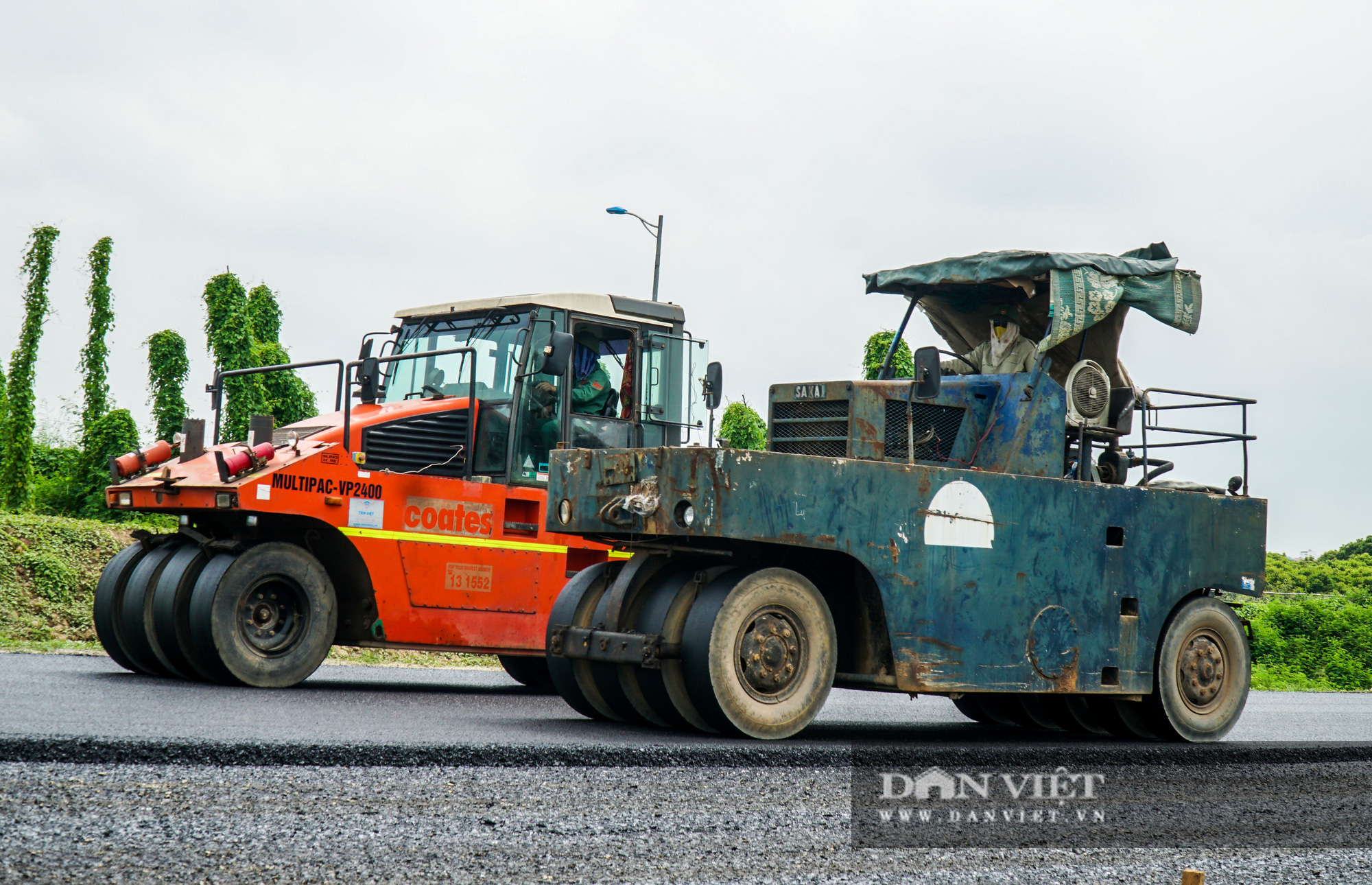 Công nhân tất bật xây dựng tuyến đường 400 tỷ kết nối Vành đai 3 với cao tốc Hà Nội - Hải Phòng - Ảnh 4.