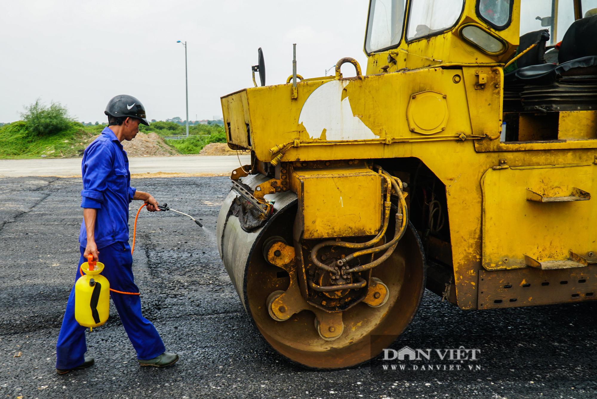 Công nhân tất bật xây dựng tuyến đường 400 tỷ kết nối Vành đai 3 với cao tốc Hà Nội - Hải Phòng - Ảnh 8.