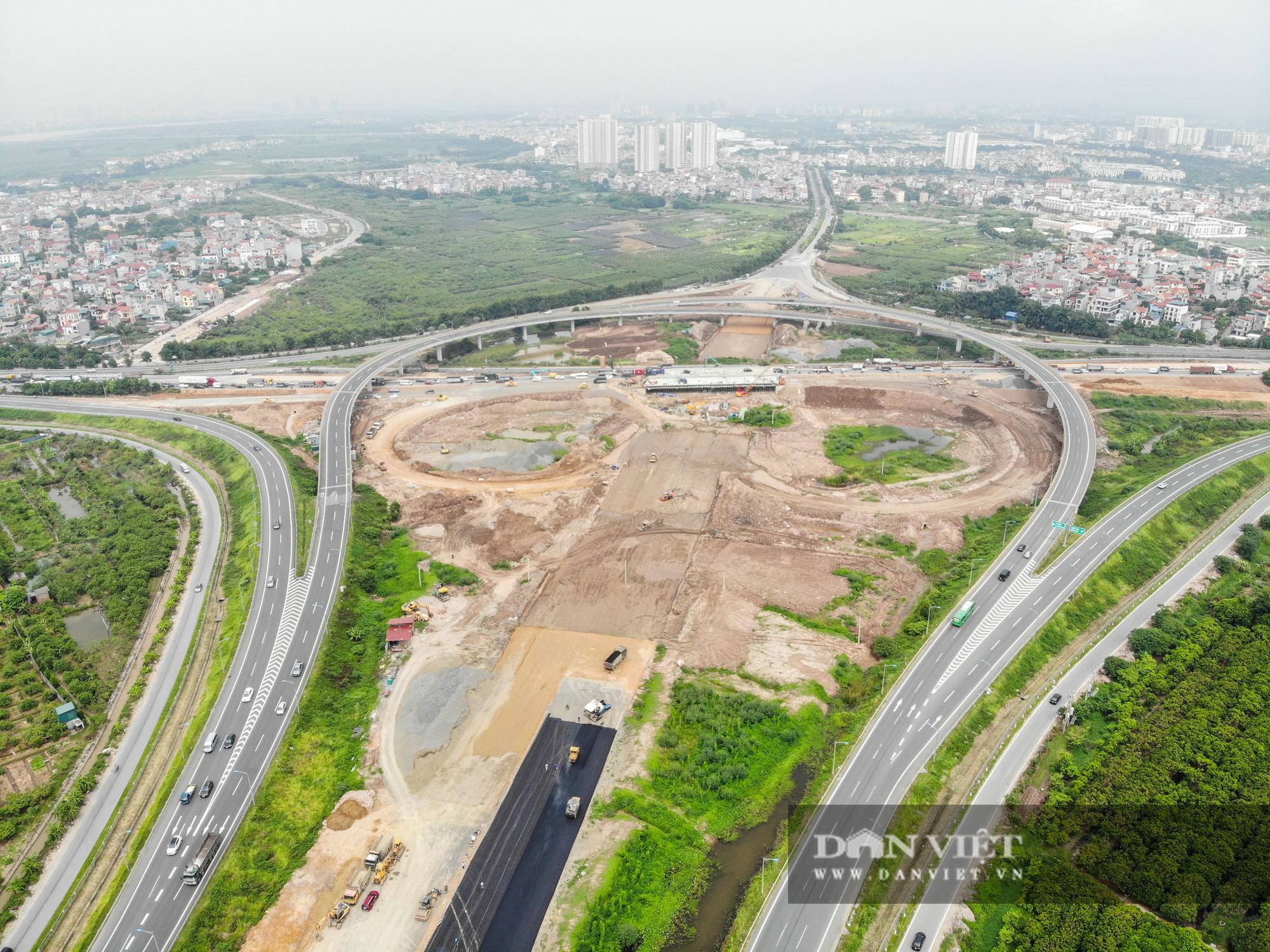 Công nhân tất bật xây dựng tuyến đường 400 tỷ kết nối Vành đai 3 với cao tốc Hà Nội - Hải Phòng - Ảnh 1.